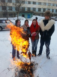 Сожжение символичного чучела Зимушки-Зимы сопровождалось шутками